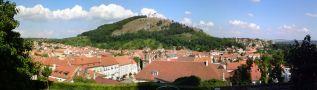 Obec : Mikulov - pohled od západu na Svatý kopeček s kaplí sv. Šebestiána - foto ze 4. 8. 2010