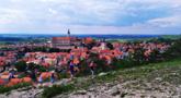 Obec : Mikulov - pohled na město se zámkem od východu ze Svatého kopečku - foto z 2. 6. 2019