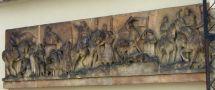 Letohrádek : Hvězda - detail pískovcového reliéfu s výjevy z českých dějin na vnitřní straně ohradní zdi (vpravo od brány) - foto z 2. 4. 2008