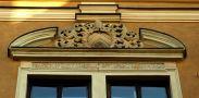 Palác : Arcibiskupský palác - detail znaku nad okny - foto ze 4. 4. 2005
