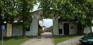 Zámek : Starosedlský Hrádek - vstupní brána do areálu - foto z 22. 5. 2005