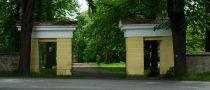 Zámek : Tochovice - vstupní brána do parku - foto z 22. 5. 2005