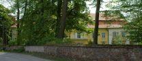 Zámek : Tochovice - pohled na zámek ze silnice - foto z 22. 5. 2005