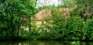 Zámek : Tochovice - pohled na zámecký areál přes rybník - foto z 22. 5. 2005