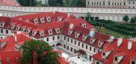 Palác : Valdštejnský palác - pohled na Trčkovské křídlo s Černínským átriem z Pražského hradu - foto z června 2005