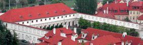 Palác : Valdštejnský palác - pohled na Valdštejnskou jízdárnu z Pražského hradu - foto z června 2005