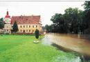 Zámek : Červené Poříčí - průběh povodní - foto z VIII. 2002 (www.npu.cz)