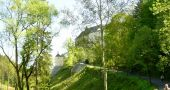 Hrad : Český Šternberk - přístupová cesta k hradu, pohled od jiho západu - foto z 10. 5. 2008