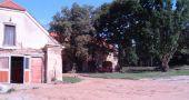Zámek : Dlouhá Lhota - hospodářské budovy v areálu - foto z 19. 8. 2006