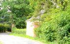 Zámek : Drahenice - pohled z místní komunikace (od jihu) na altán v parku - foto z 5. 7. 2007