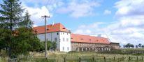Tvrz : Draheničky - pohled na areál tvrze od západu - foto z 5. 7. 2007