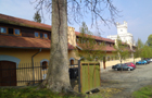 Zámek : Filipov - pohled od jihovýchodu na zámek s hospodářkou budovou - foto z 19. 4. 2014