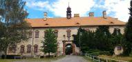 Zámek : Rataje nad Sázavou - západní, vstupní průčelí zámku - foto z 4. 7. 2017