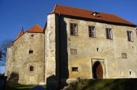 Tvrz : Cuknštejn - pohled na tvrz od jihu - foto z 20. 10. 2010 (převzato: Zdeněk Bucek)