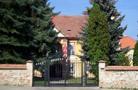 Zámek : Dobromilice - vstupní brána do zámeckého areálu - foto z 3. 9. 2008 (převzato: Miroslav urlych)
